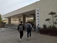 河南科技大学只给留学生装空调,40多度高温学生睡不着,集体喊楼抗议